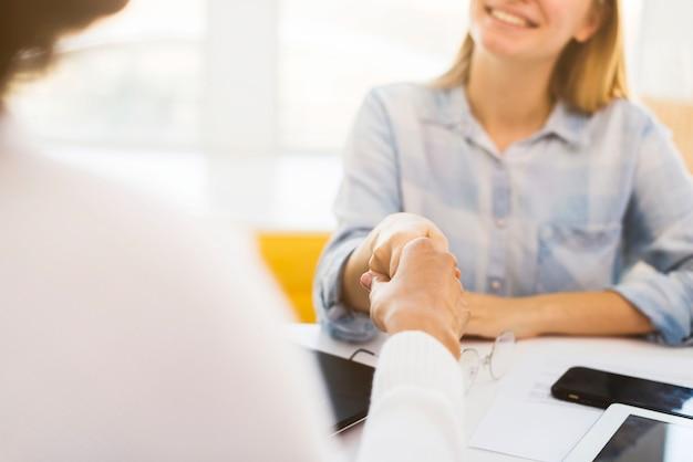 Mani tremanti delle donne di affari del primo piano