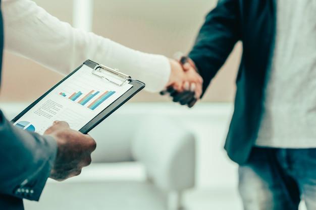 Avvicinamento. uomo d'affari e imprenditrice confermando il loro accordo con una stretta di mano. concetto di partnership