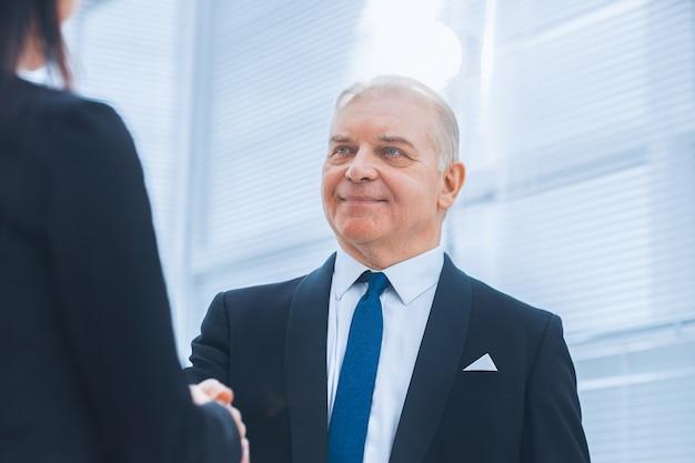 Avvicinamento. uomo d'affari che discute un documento commerciale con un consulente. concetto di affari