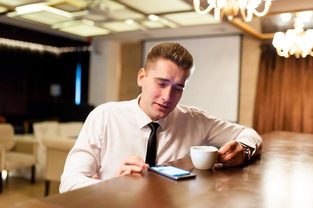 Chiuda in su uomo d'affari che beve caffè