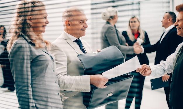 Primo piano uomo d'affari che riceve un documento da un dipendente dell'azienda
