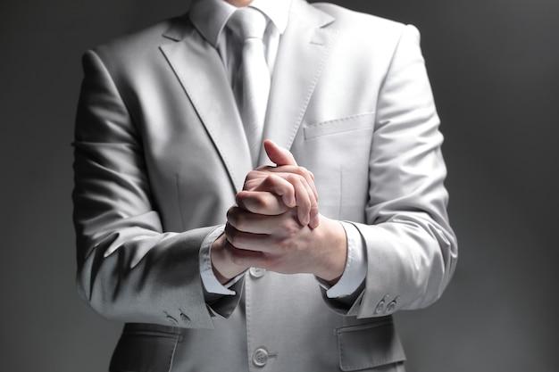Avvicinamento. uomo d'affari che mostra gesto di supporto.isolato sul nero