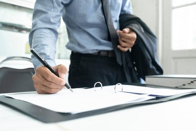 Chiuda in su dell'uomo d'affari che firma un contratto.