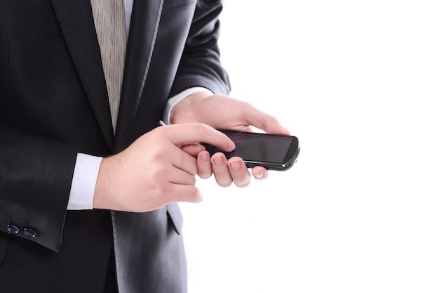 Avvicinamento. imprenditore digitando sms su smartphone. persone e tecnologia