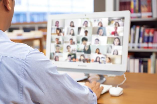 Close-up uomo d'affari utilizzando il computer per riunioni online.