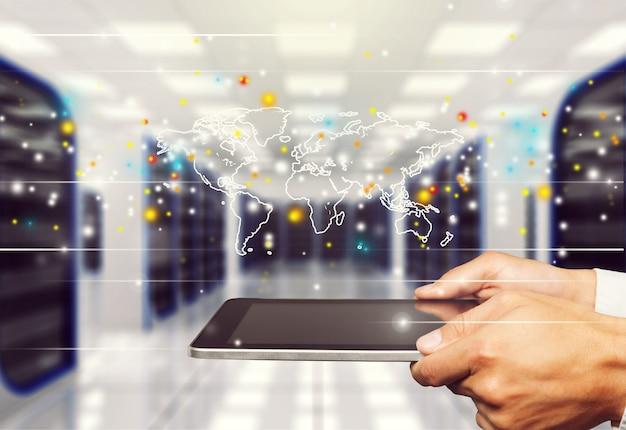 Primo piano uomo d'affari che lavora con tablet pc, concetto di marketing