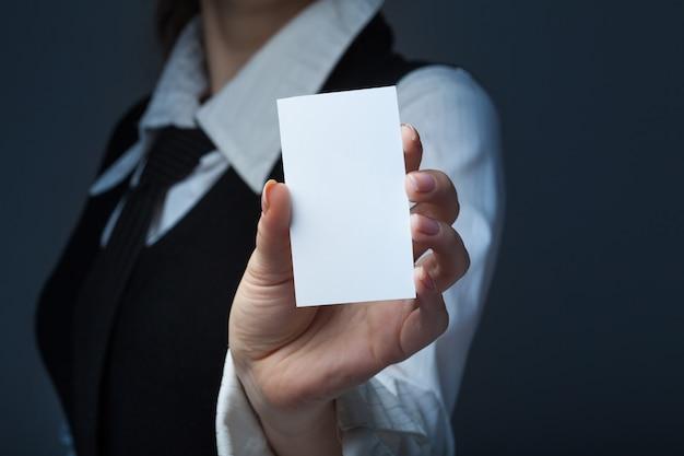 Close up imprenditrice azienda biglietto da visita in bianco