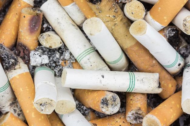 Chiuda sulle sigarette di estremità nel portacenere