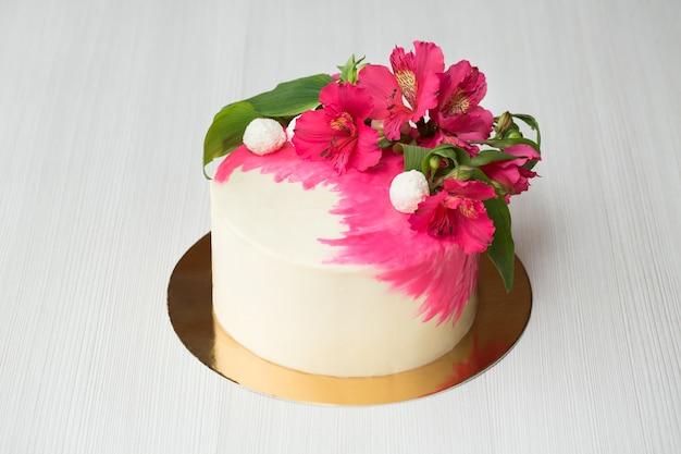 Primo piano sulla torta con decorazioni rosa e fiori