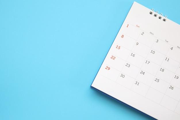 Primo piano sul calendario su sfondo blu