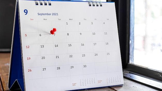 Chiudi il calendario sul tavolo marrone nelle idee di pianificazione.