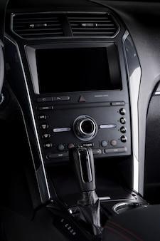 Close up pannello di controllo auto all'interno della cabina di guida con dettagli di lusso