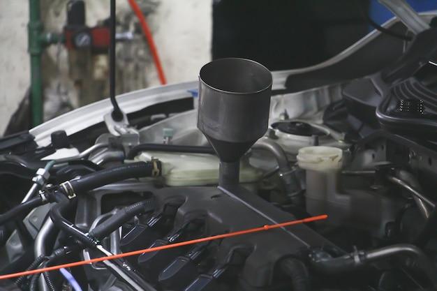 Chiudere il motore dell'auto sul negozio. stazione di riparazione auto e concetto di manutenzione auto.