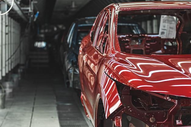 Primo piano sulla linea di produzione della fabbrica di automobili