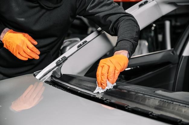 Primo piano, vetri per auto, fissaggio e riparazione di un parabrezza. processo di sostituzione del parabrezza di un'auto in un