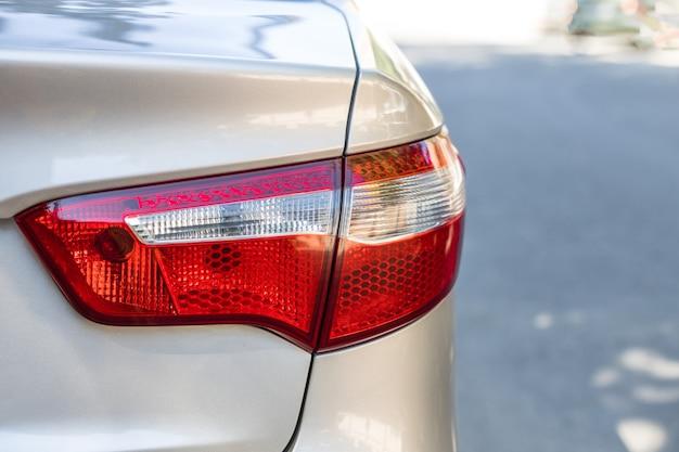 Primo piano del faro dell'automobile. le luci delle auto avvisano i conducenti di stare attenti