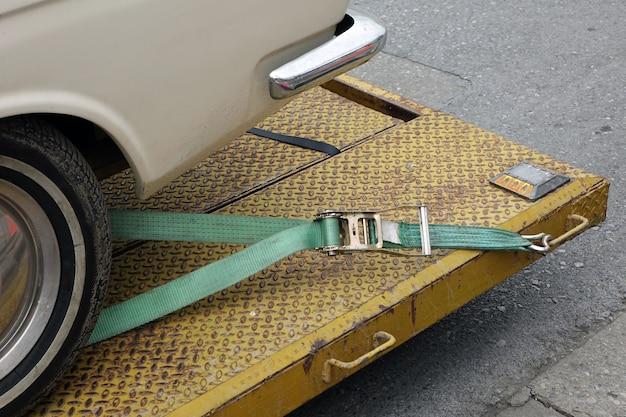 Primo piano, di, automobile, tenere, con, cinghia cavo, su, il, carro attrezzi., veicolo, automobile, problema, concept.