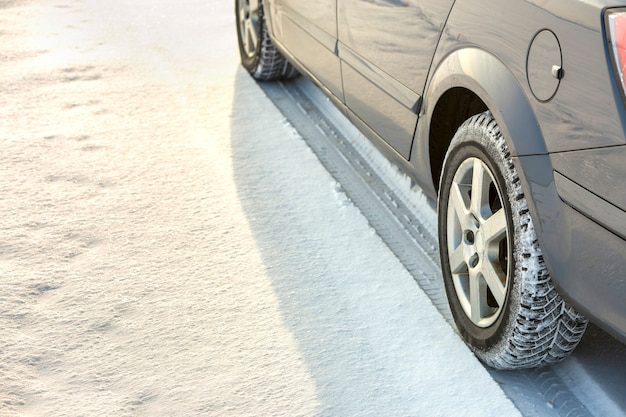 Primo piano del pneumatico di gomma delle ruote dell'auto nella neve profonda. trasporto e concetto di sicurezza.