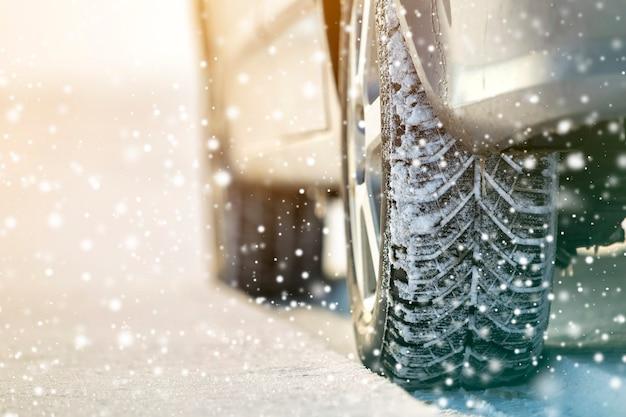 Close-up di ruote auto pneumatici in gomma in inverno la neve profonda. trasporto e concetto di sicurezza.