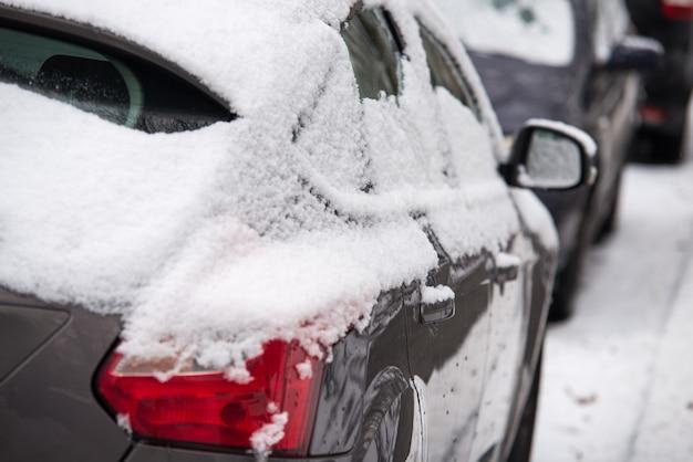 Primo piano sulla macchina con la neve