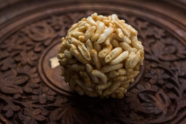 Primo piano di palline di riso soffiato al caramello o murmura laddu o ladoo, sana dieta indiana. messa a fuoco selettiva