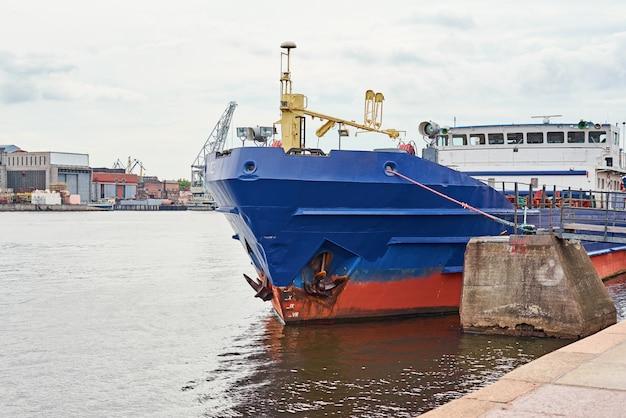 Chiuda in su della nave da carico nel porto
