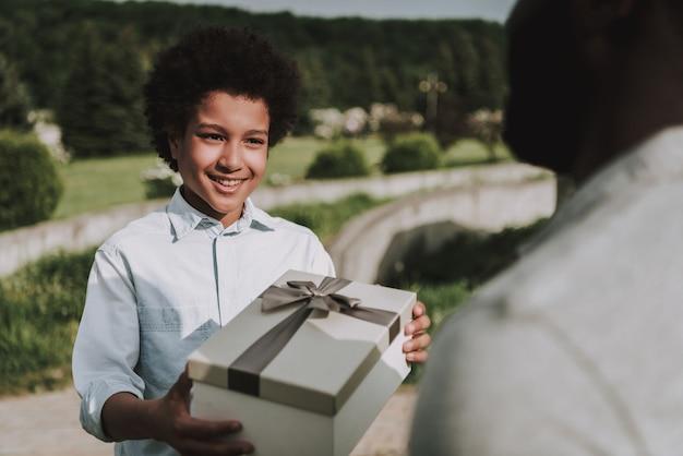 La fine del ragazzo premuroso dà il regalo al padre.