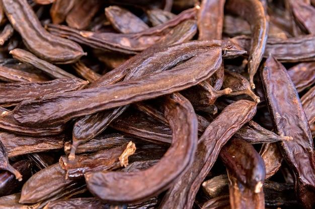 Close up carruba baccelli mucchio o ceratonia siliqua sfondo