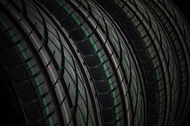 Primo piano di sfondo di pneumatici per auto. pneumatici per auto in gomma inutilizzati per la stagione estiva