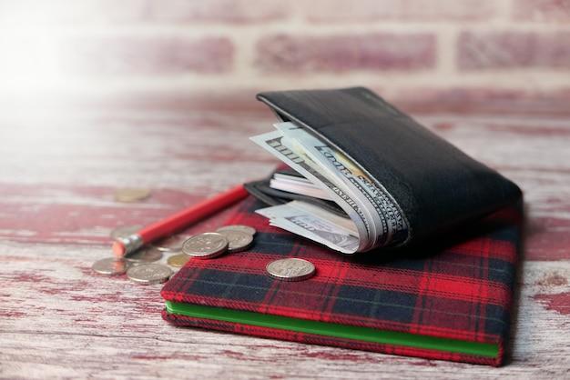 Primo piano di contanti nel portafoglio sul tavolo.