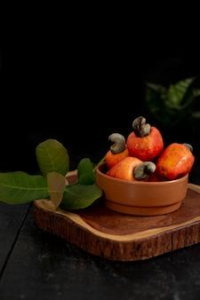 Primo piano sui frutti di anacardi su una tavola di legno