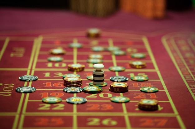 Close-up di fiches del casinò sul tavolo rosso
