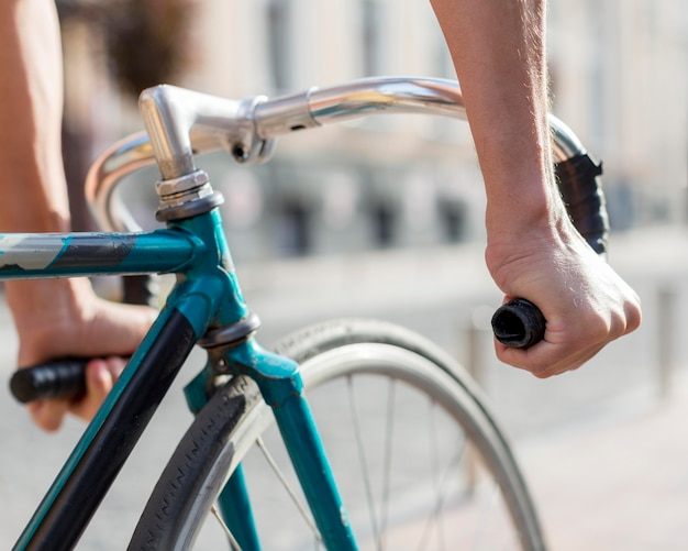 Close-up casual maschio equitazione bici all'aperto