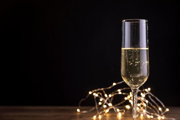 Bottiglia di champagne del primo piano sulla tavola