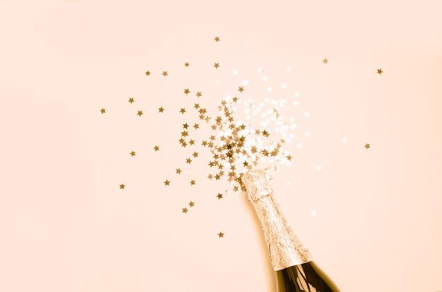 Primo piano di esplosione di champagne su sfondo monocromatico