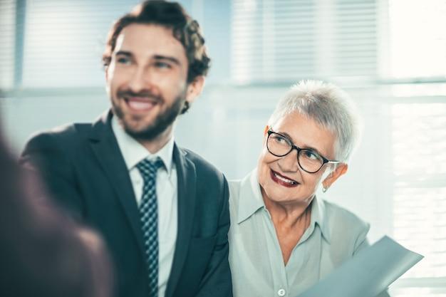 Avvicinamento. un uomo d'affari allegro che saluta il suo socio in affari. concetto di business