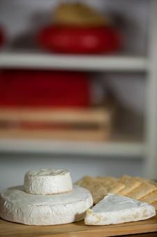 Primo piano di formaggio al bancone