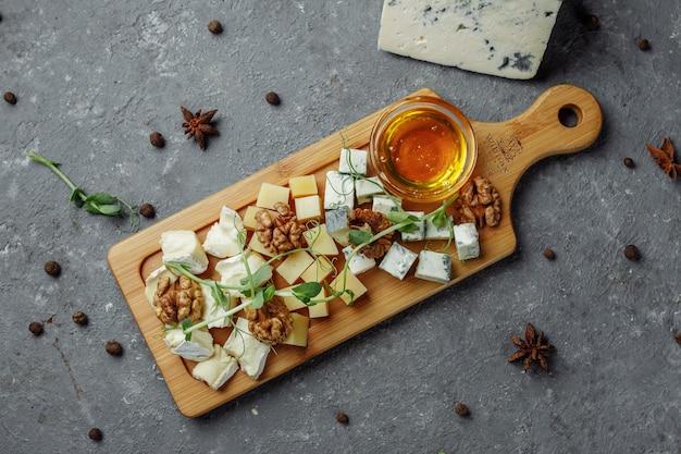 Primo piano di un piatto di formaggi.