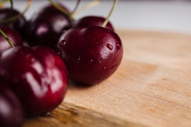 Primo piano di un frutto ciliegia su una tavola di legno