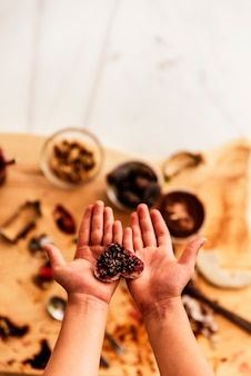 Primo piano delle mani del bambino che preparano i biscotti da forno. concetto di chef infantile.