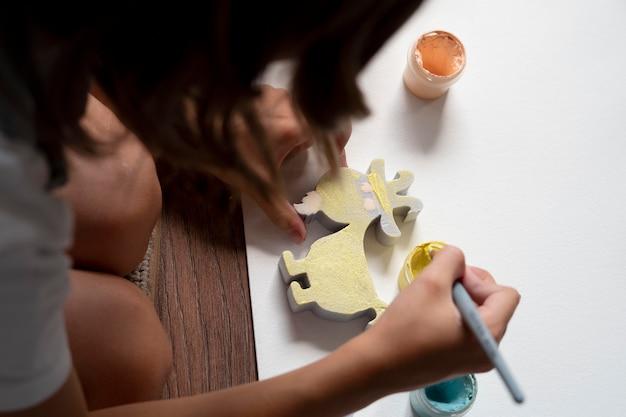 Primo piano bambino che dipinge a casa