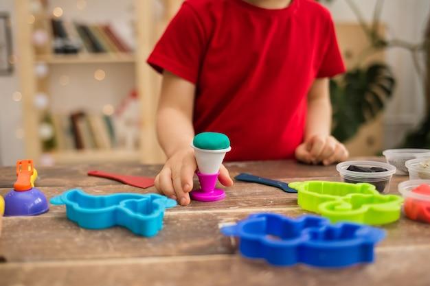 Primo piano della mano di un bambino con la plastilina