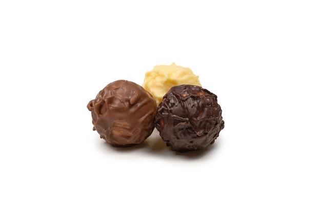 Primo piano sul tartufo al cioccolato isolato