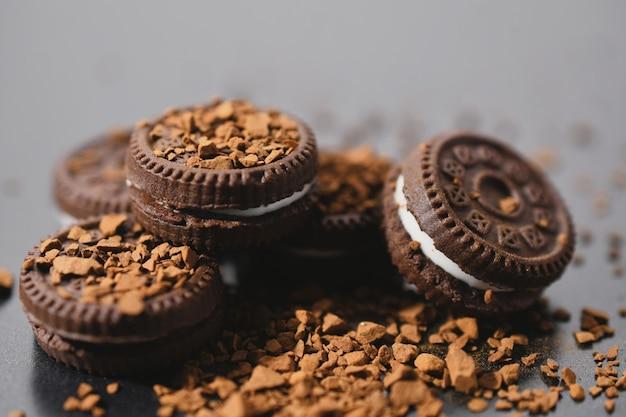 Chiuda in su dei tartufi di cioccolato con caffè
