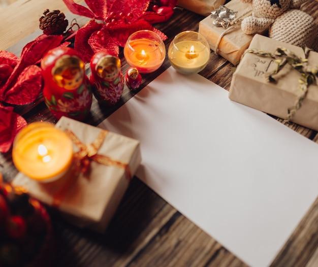 Primo piano di candele di natale con regali sul tavolo