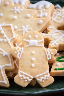 Primo piano di biscotti di zucchero decorati di natale in un piatto.