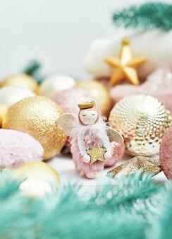 Close up decorazioni natalizie con angelo