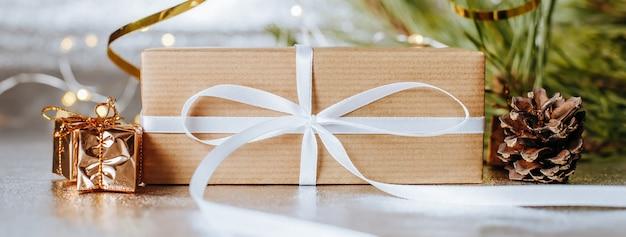 Primo piano del regalo di natale con pigne e rami di abete