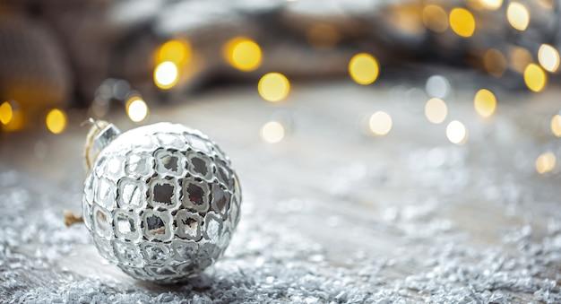 Close up di natale palla di vetro su sfondo sfocato con bokeh, copia dello spazio.