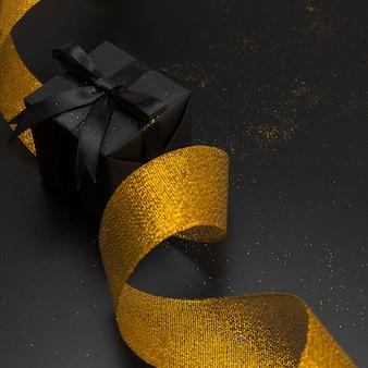 Primo piano del regalo di natale con il nastro dorato